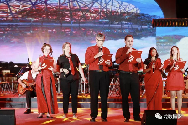 Expats show talents on dinner show1.jpg